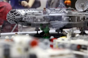 Lego Incredible Hulk under Millenium Falcon